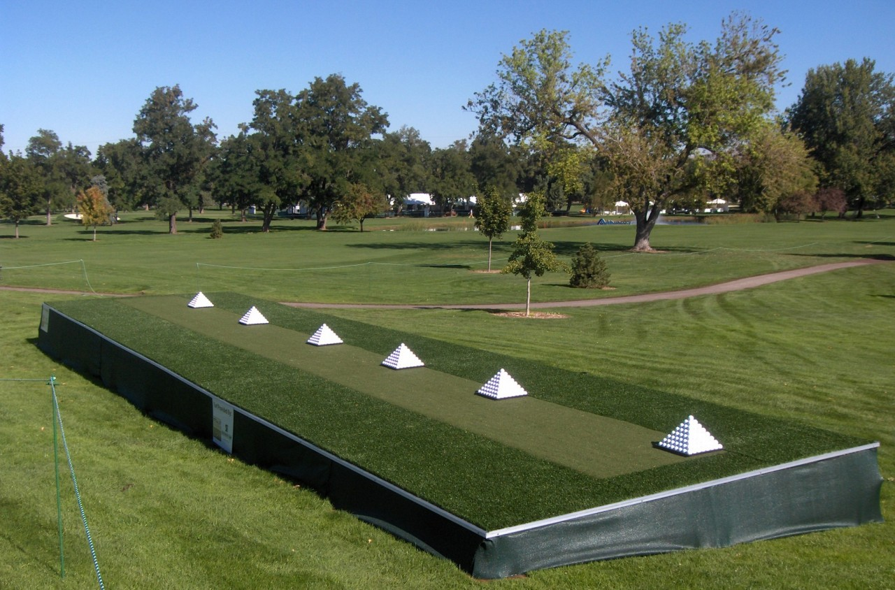 Synthetic turf driving range and tee line options for Verlichte driving range